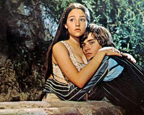 Romeo e Giulietta fidanzati abbracciati su un mure