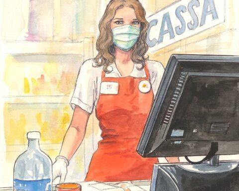 Cassiera al supermercato con mascherina