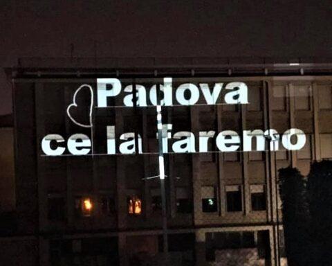 Padova ce la faremo proiezione su edificio D-Sign of Light