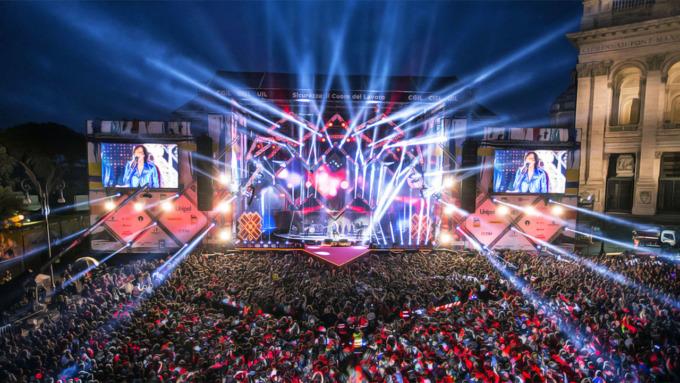 Concerto, luci e palco e pubblico