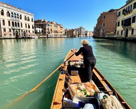 Row Venice. A Venezia la spesa viene portata in barca