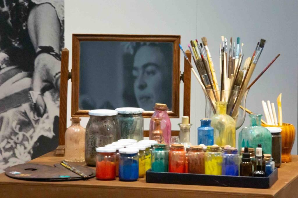 MOSTRA FRIDA - IL CAOS DENTRO Pennelli e colori dal suo studio
